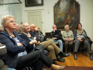 Miep de Wildt en Jannie Al vertellen hun verhaal over het leven in de Wijkermeerpolder in het Museum Kennemerland, dit deden zij op zondagmiddag om 14.30 en om 15.30 beide keren zat het zaaltje vol. Onder het grote schilderij de familie Heijne Vlnr. Henk, Catrien en haar dochter. met hand voor zijn gezicht is Co Brantjes met daar achter zijn vrouw Lia, de andere aanwezige kwamen ook uit de polder.